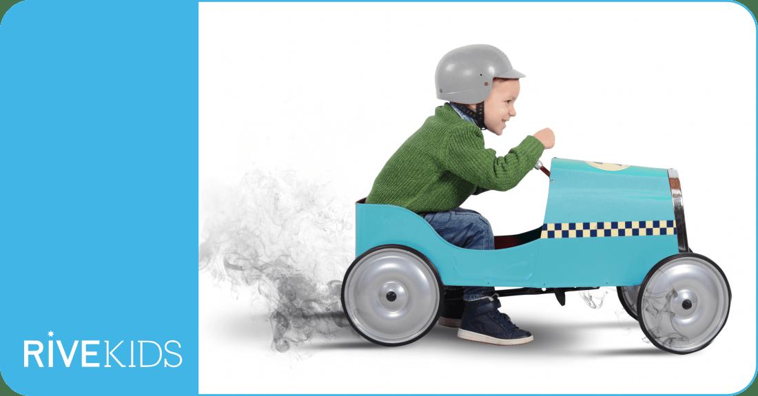imagen de un niño en un coche de juguete