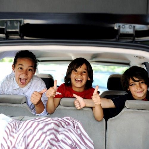 3 niños en coche con rivemove