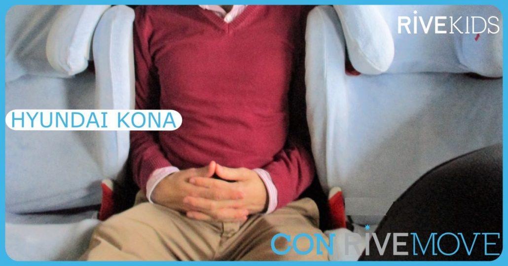 imagen en la que una persona entra entre dos sillas en un hyundai kona con rivemove